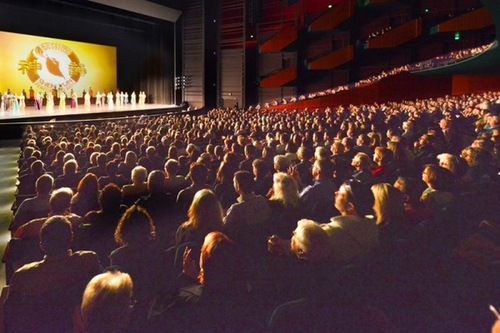 Pertunjukan Shen Yun di Marion Oliver McCaw Hall di Seattle, WA pada 9 April