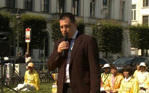 MEP Tomáš Zdechovsk dari Republik Ceko berbicara di rapat umum Falun Gong di Brussels