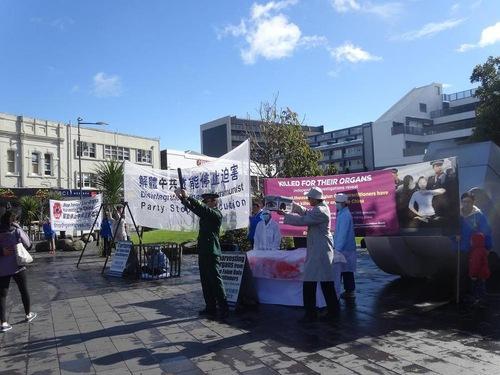 Reka ulang penyiksaan di Newmarket Park di pusat kota Auckland, untuk mengekspos kejahatan rezim Tiongkok dalam pengambilan organ secara paksa