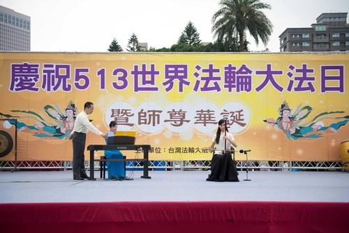 Seorang praktisi memainkan Erhu, instrumen tradisional Tionghoa