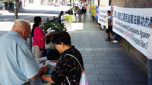 Orang-orang berkumpul untuk mempelajari tentang penganiayaan Falun Gong di Tiongkok