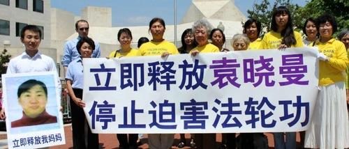Washington DC: Putra Melakukan Protes di Kedutaan Tiongkok untuk Membebaskan Ibunya yang Dipenjara di Tiongkok