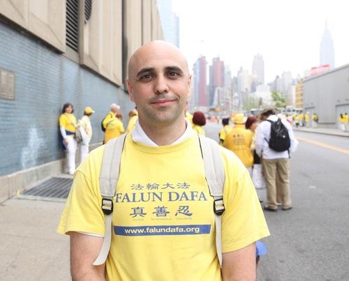 Praktisi Jorge Gimeno dari Spanyol mengatakan ia menemukan jawaban atas banyak pertanyaan tentang kehidupan di buku Zhuan Falun
