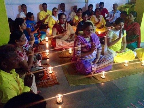 Para praktisi berpartisipasi dalam acara nyala lilin pada tanggal 20 Juli