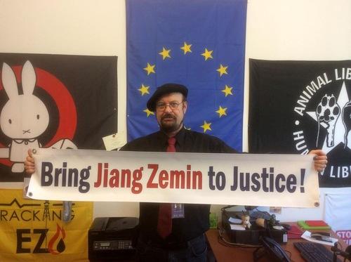 Stefan Eck, anggota Parlemen Eropa dari Jerman, percaya bahwa penganiayaan terhadap Falun Gong adalah tidak berperikemanusiaan dan mengancam perdamaian dunia. Ia juga menunjukkan bahwa kebijakan penganiayaan telah meluas sampai ke negara-negara lain melalui saluran ekonomi dan politik sejak 1999
