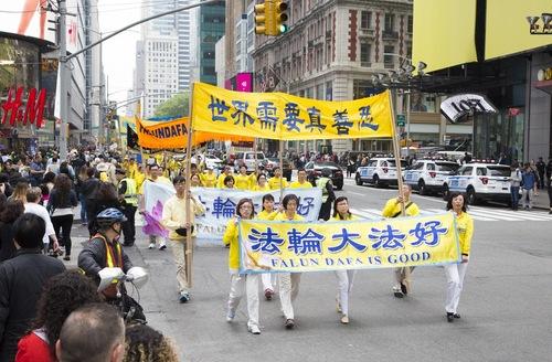 Praktisi berbaris dalam parade.