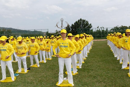 Para praktisi di Taiwan Selatan membentuk formasi huruf besar dan memperagakan lima perangkat latihan Falun Dafa
