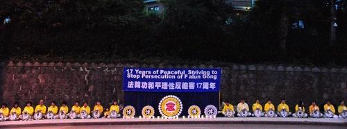 Mengenang mereka yang terbunuh di dalam penganiayaan di Tiongkok, praktisi Falun Gong di Vancouver mengadakan nyala lilin di depan Konsulat Tiongkok pada tanggal 19 Juli