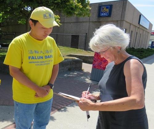 Seorang wanita bergegas ke luar dari Balai Kota Yarmouth untuk mengejar praktisi, dan meminta untuk menandatangani petisi.