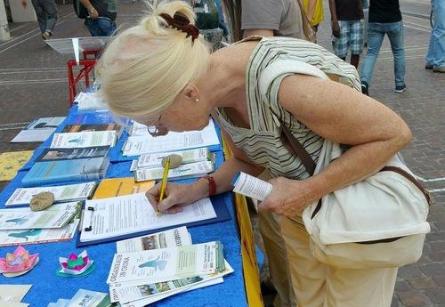 Hoffmann menandatangani petisi untuk menentang penganiayaan