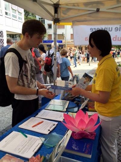 Pengunjung bertanya mengenai latihan Falun Gong