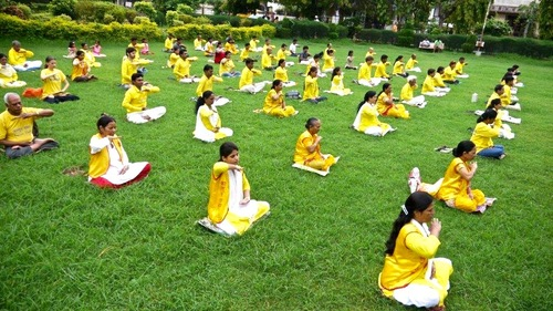 Para praktisi melakukan meditasi pada kegiatan yang diadakan di Nagpur pada tanggal 15-17 Juli 2016
