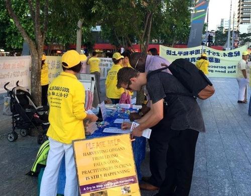 Menandatangani petisi untuk menentang penganiayaan
