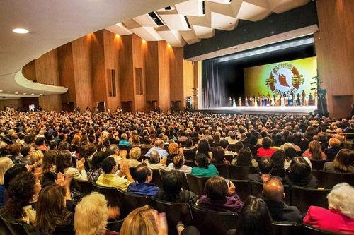 Adegan Penutup Shen Yun Performing Arts di Terrace Theater in Long Beach, CA, tanggal 20 Maret 2016