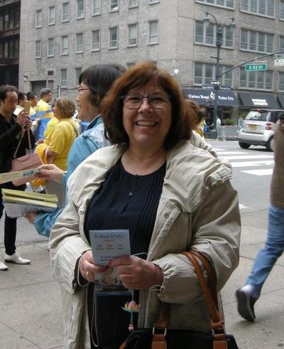 Wisatawan Perancis Christina berterima kasih kepada seorang praktisi yang memberinya brosur dan memperkenalkan Falun Gong padanya.