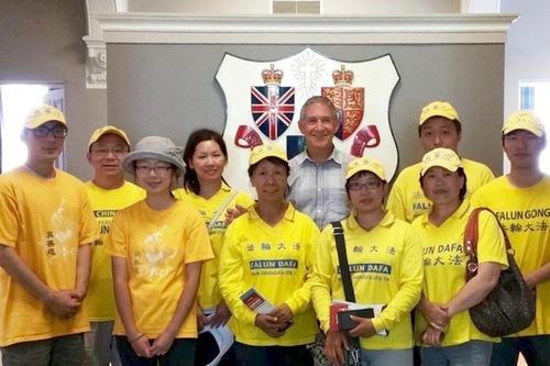 Mike O'Brien, Walikota Fredericton, New Brunswick (tengah, kemeja putih), menunjukkan dukungannya bagi Falun Gong.