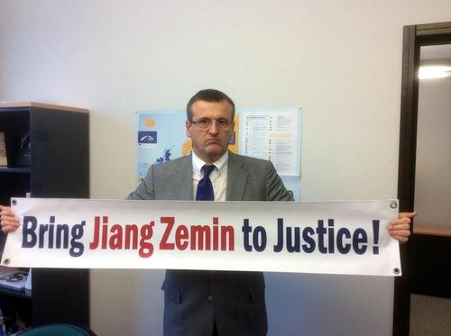 Cristian Dan Preda, anggota komite HAM Parlemen Eropa dari Rumania, mengagumi keberanian praktisi Falun Gong. Preda adalah satu satu pendukung yang mengusulkan resolusi Parlemen Eropa pada Desember 2013 yang mengecam pengambilan organ secara paksa di Tiongkok