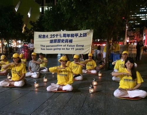 Nyala lilin malam di Brisbane untuk memperingati 17 tahun aksi damai 25 April