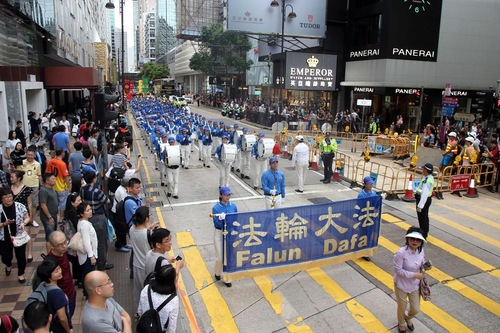 Tian Guo Marching Band memimpin pawai.