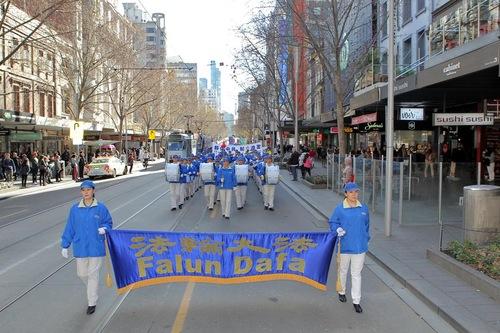 Tian Guo Marching Band memimpin pawai di Melbourne pada 16 Juli.