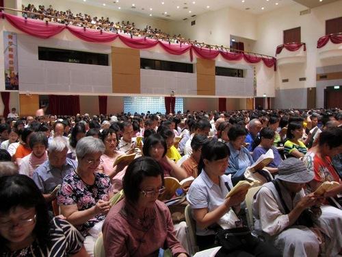 Praktisi Falun Gong belajar bersama dalam kegiatan tahunan mereka di Pusat Kegiatan Pemuda Chientan