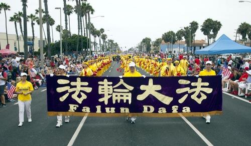 Praktisi Falun Dafa mengikuti perjalanan 4 mil long march di Huntington Beach di California pada tanggal 4 Juli 2015.