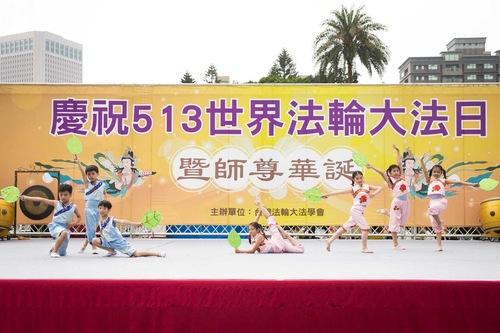 Pertunjukan tarian tradisional Tionghoa yang dibawakan oleh praktisi cilik