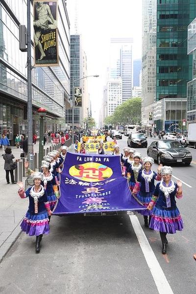 Wawasan Sebagian dari 10000 Orang yang Berparade di New York untuk Merayakan Hari Falun Dafa