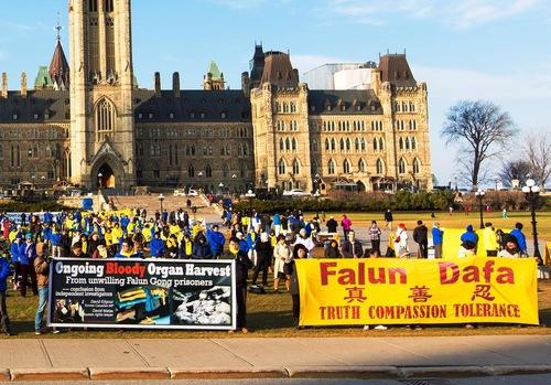Praktisi Falun Gong berkumpul di Parliament Hill untuk meminta dukungan pemerintah Kanada untuk membantu menghentikan penganiayaan terhadap Falun Gong di Tiongkok.