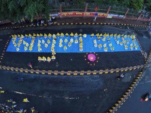 "Para praktisi membentuk huruf ""Falun Dafa"" dalam bahasa India pada tanggal 16 Juli"
