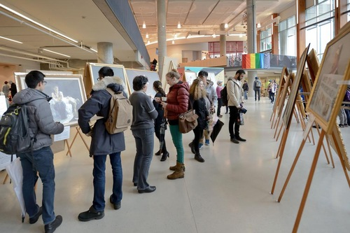 Para pengunjung menghadiri Pameran Seni Zhen Shan Ren di Pusat Pelayanan Mahasiswa yang baru selesai dibangun di University of British Columbia