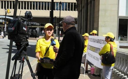 Stasiun TV Global News mewawancarai praktisi di Halifax, Nova Scotia, pada 9 Agustus 2016.