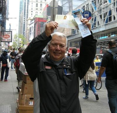 Enrique memperlihatkan brosur dengan kata-kata