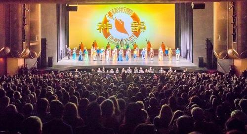 Akhir pertunjukan di San Jose Center for the Performing Arts di Kalifornia