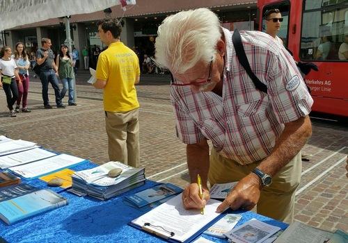 Engelhard menandatangani petisi untuk menentang penganiayaan