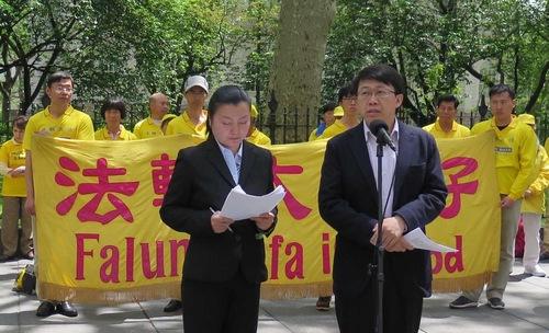Hu Zhiming (kanan), mantan Tentara Pembebasan Rakyat Angkatan Udara, menceritakan apa yang dialaminya di Tiongkok