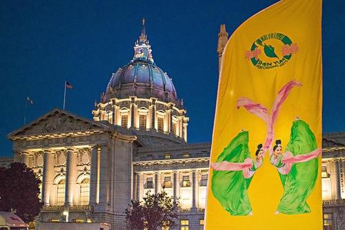 Spanduk Shen Yun di luar War Memorial Opera House diSan Francisco, Kalifornia