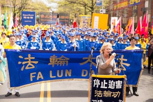 Pemimpin komunitas Flushing Martha Flores-Vazquez menyerukan kepada lebih banyak orang agar bergabung dalam upaya praktisi untuk mengakhiri penganiayaan di Tiongkok