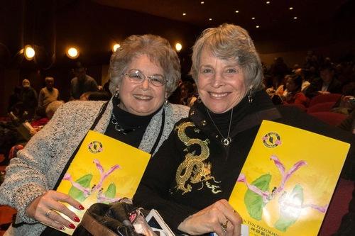Dua saudari Lynn Pentz, produser acara (kanan), dan Rene Besold (kiri), mantan direktur sumber daya manusia dan pelatihan