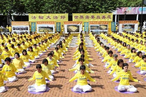 Melakukan latihan Falun Gong secara kelompok