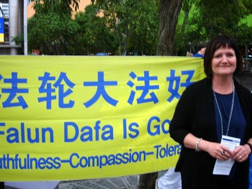 Sandra dari Selandia Baru mendukung Falun Gong