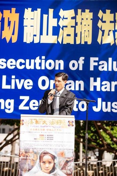 Los Angeles: Rapat Umum 4000 Orang Menyerukan Menghentikan Penganiayaan / Penyiksaan Falun Gong di Tiongkok