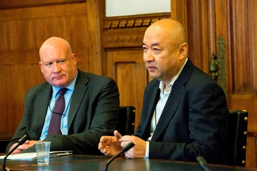 Enver Tohti (kanan), mantan dokter Uyghur, berbicara tentang pengalaman yang menyakitkan 18 tahun lalu
