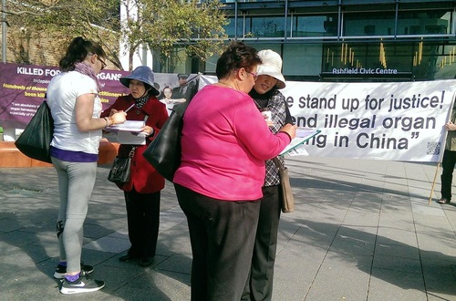 Menandatangani petisi di Sydney untuk menyerukan diakhirinya kejahatan pengambilan organ secara paksa oleh rezim Tiongkok