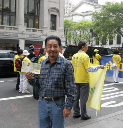 Tasshi, warga New York mendukung Falun Gong dan berkata,