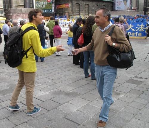 Raymond mendistribusikan informasi tentang Falun Gong di Vienna - Austria pad 19 September 2015.