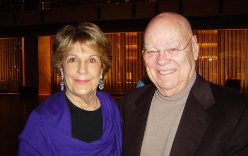 Judy Hall, seorang anggota dewan Kaufman Music Center, dan suami, Robert.