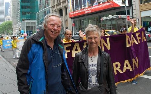 Musisi Dresche dan istrinya mengetahui tentang penganiayaan Falun Gong di Tiongkok melalui menonton parade.