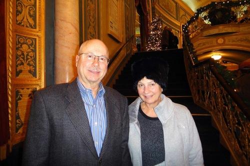 Ahli efisiensi otomotif Roberta Hammond dan suaminya Richard di Detroit Opera House pada tanggal 3 Januari