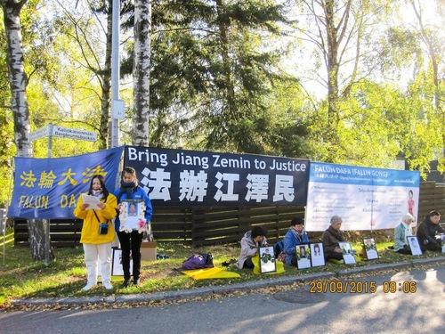 Zhu Luoxin (kiri) menceritakan penganiayaan / penyiksaan yang dialami keluarganya di Tiongkok